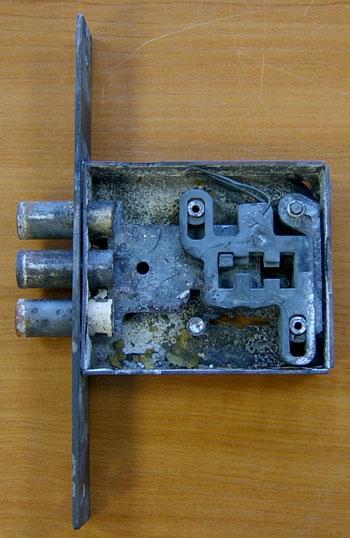 Под воздействием температуры пружины сувальд полностью потеряли упругость (фото 36) Из-за окисления поверхности сувальд и вследствие этого увеличения трения между ними (слипания), а также потери упругости пружин, при попытке поворота ключа кодовый паз не